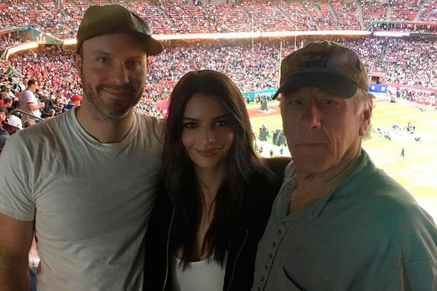 Emily Ratajkowski, son père et Jeff Magid lors d'un match