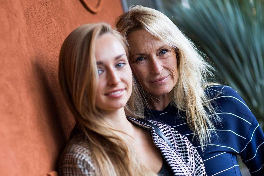 Estelle Lefébure et sa fille Emma Smet mercredi, à Roland Garros