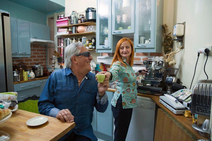 Echange de tendresse autour d'une tasse de café. Ils s'aiment, et travaillent ensemble, depuis vingt ans.