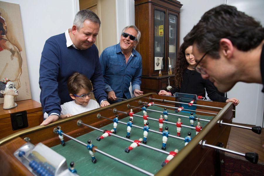 Baby-foot: pour repérer la boule, Gilbert se fie au son. Il est entouré de son fils Eric et de sa petite-fille Mia, 10 ans. Noé, 6 ans, joue face à son père, Julien, le fils de Nikole.
