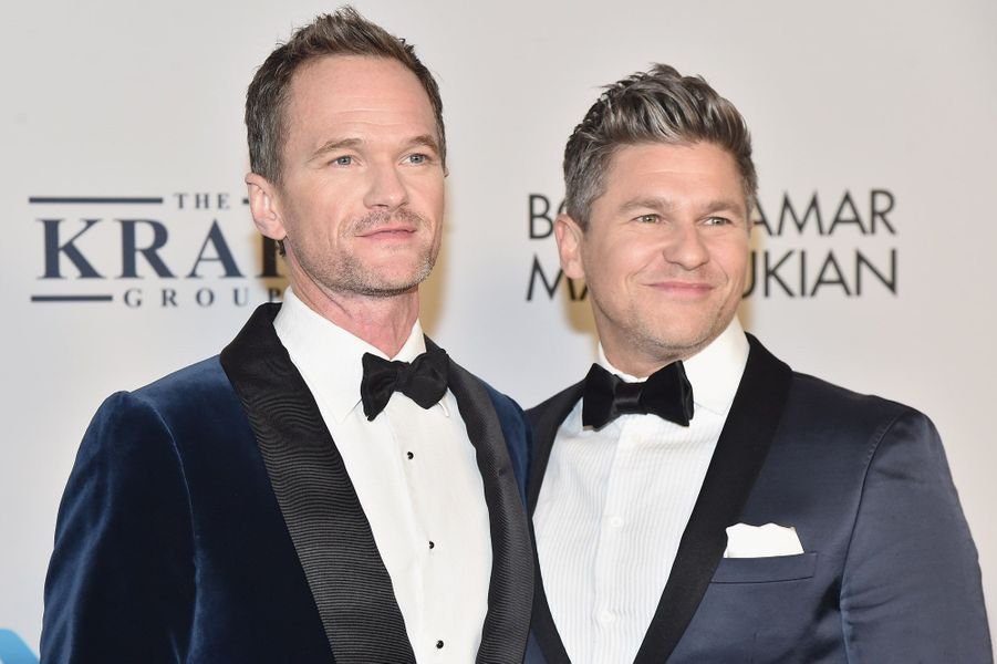"""Neil Patrick Harris et David Burtkaà la soirée de gala des 25 ans de la """"Elton John AIDS Foundation"""", le 7 novembre 2017 à New York."""
