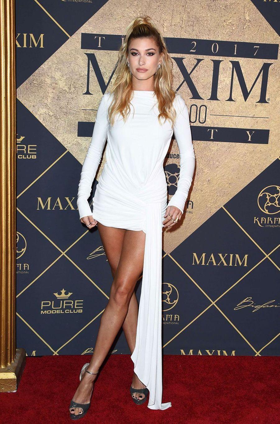 Le mannequin Hailey Baldwin sur le tapis rouge à la soirée Maxim Hot 100.