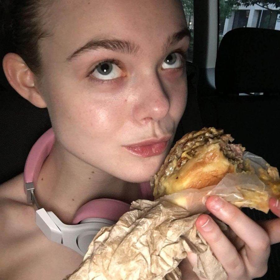 Elle Fanning et un burger.