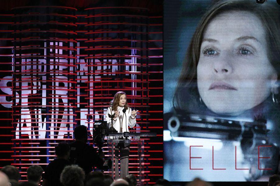 Isabelle Huppert sacrée Meilleure actrice lors de la cérémonie des Spirit Awards 2017.
