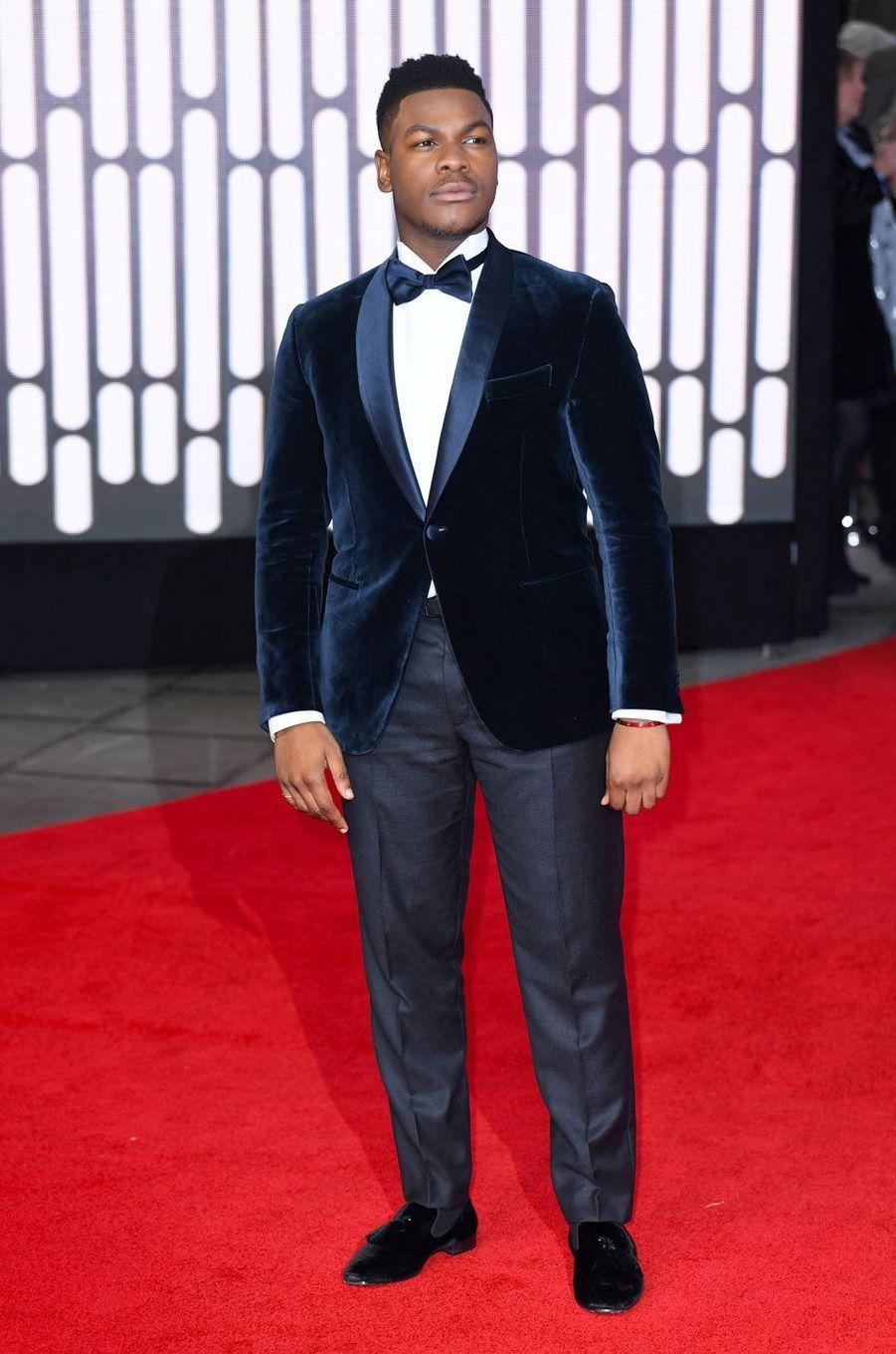 """John Boyegaà l'avant-première de """"Star Wars : les derniers Jedi"""", le 12 décembre 2017 à Londres."""