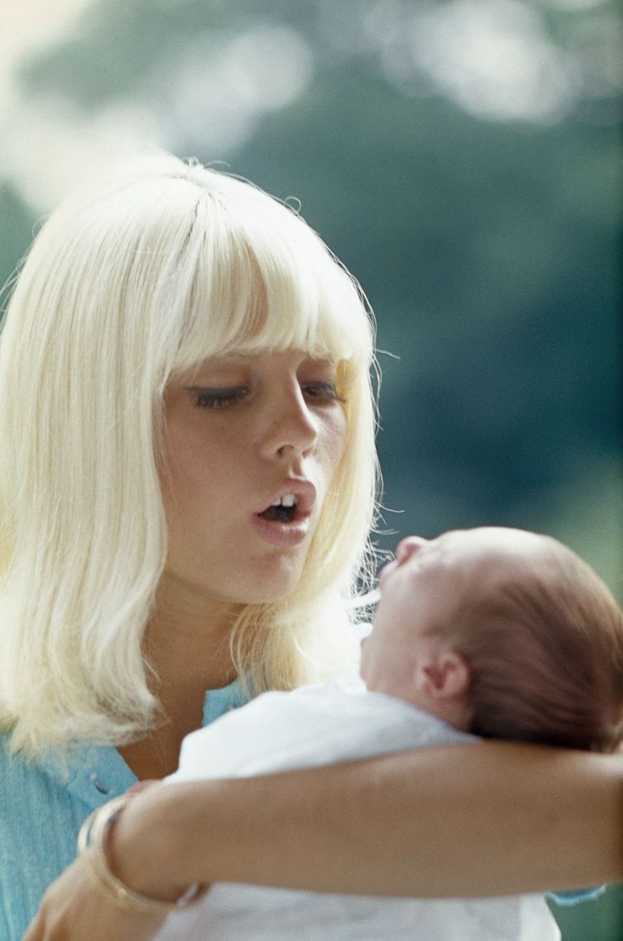 Sylvie Vartan avec David, nouveau-né, dans les bras, 1966.