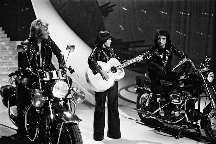 Johnny Hallyday, Mireille Mathieu et Michel Sardou lors de l'emission télé 'Top a Mireille Mathieu', sur TF1, le 01/04/1974.