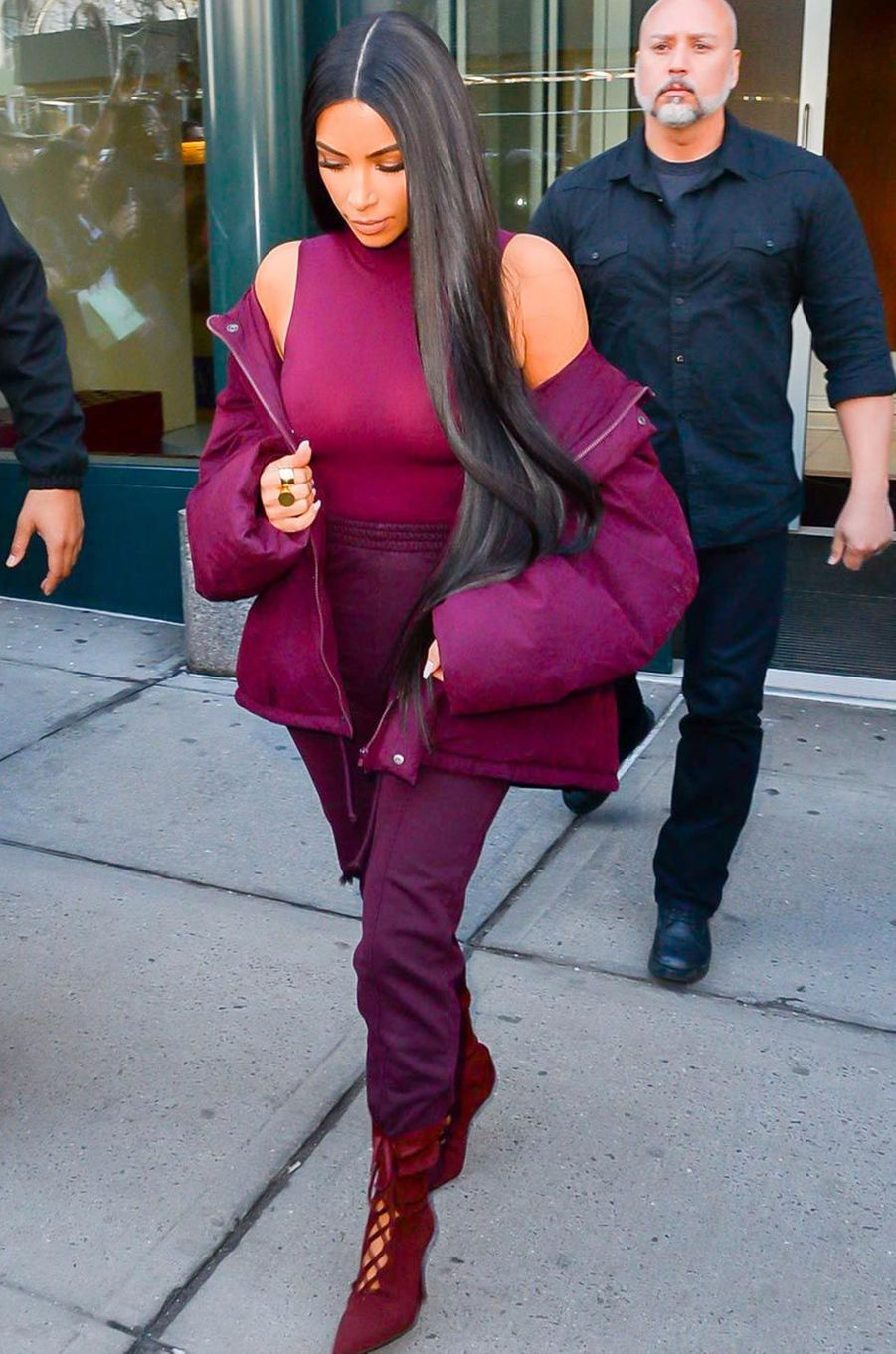 Kim Kardashian en total look bordeaux.