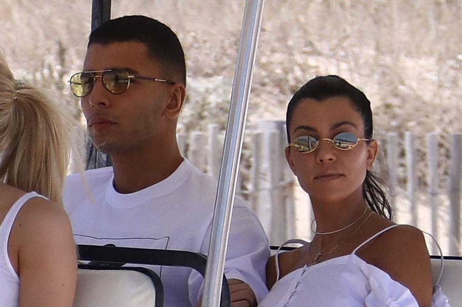 Kourtney Kardashian et Younes Bendjima en vacances à Saint-Tropez, le 3 juillet 2017.