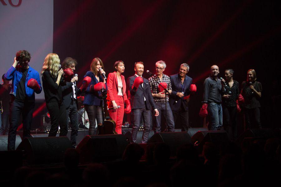 Gants de boxe à la main, les artistes chantent à l'unisson pour «mettreAlzheimer KO».