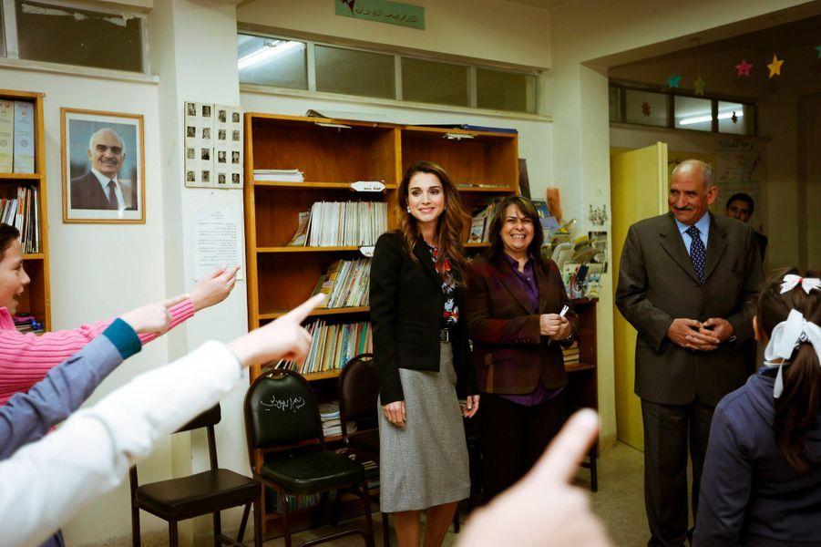 La reine Rania de Jordanie visite une école de filles à Amman, le 23 novembre 2014