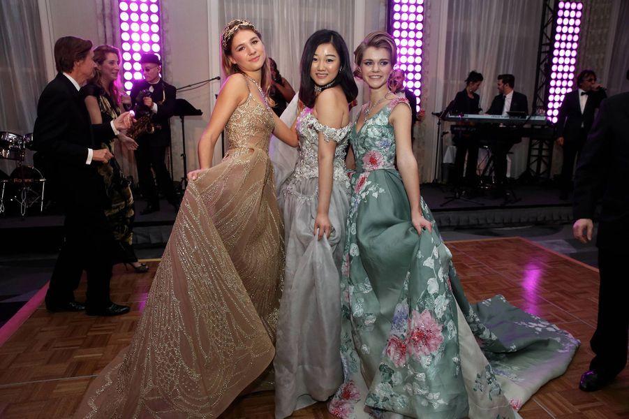 Hermine Royant (robe Elie Saab Haute Couture), Donna Yuan (robe Guo Pei) et la princesse Zita de Bourbon Parme (robe Zuhair Murad) à l'hôtel Peninsula à Paris, le 26 novembre 2016.