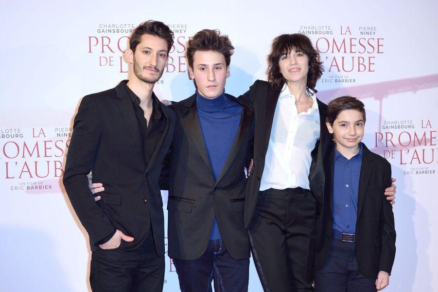 """Pierre Niney, Nemo Schiffman, Charlotte Gainsbourg et Pawel Puchalski à l'avant-première de """"La promesse de l'Aube"""", le 12 décembre 2017 à Paris."""