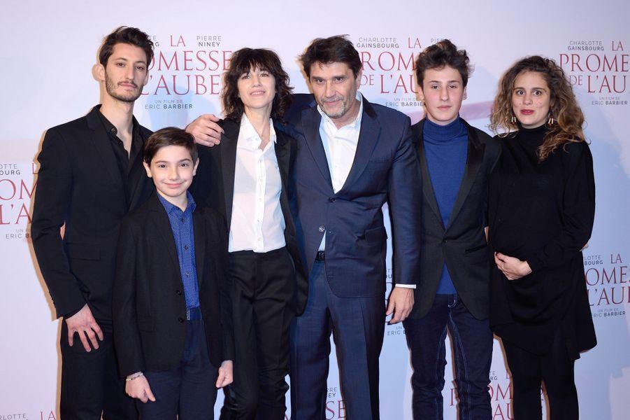 """Pierre Niney, Pawel Puchalski, Charlotte Gainsbourg, Eric Barbier, Nemo Schiffman et Lou Chauvinà l'avant-première de """"La promesse de l'Aube"""", le 12 décembre 2017 à Paris."""