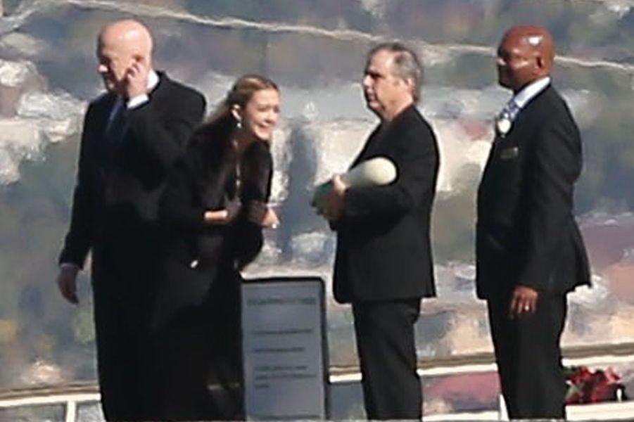 Todd Fisher tenant les cendres de sa soeur Carrie Fisher, aux funérailles organisées pour elle et leur mère Debbie Reynolds le 6 janvier 2016 à Los Angeles.