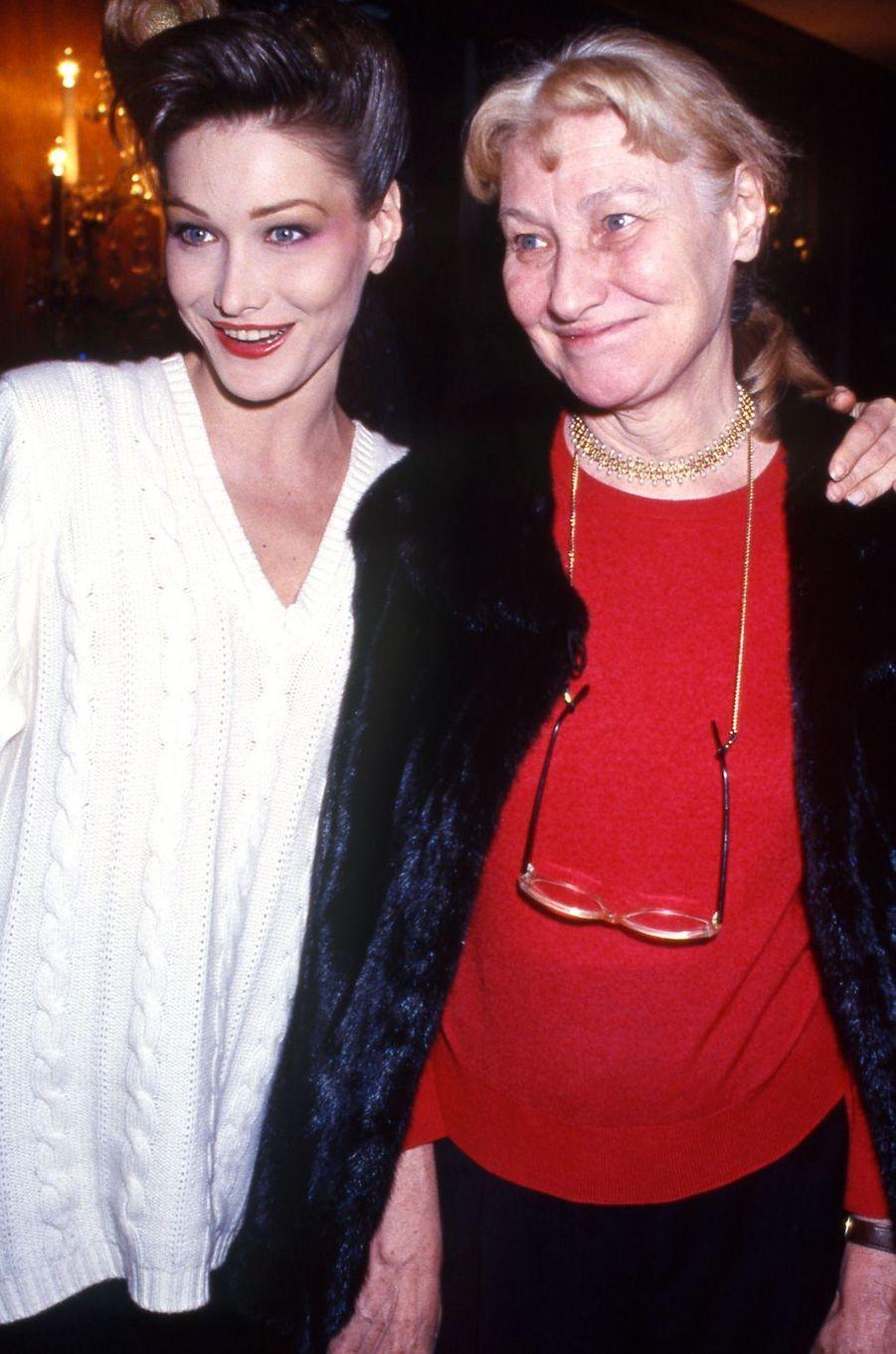 Carla Bruni et sa mère Marisa Borini à Paris, en janvier 1994.