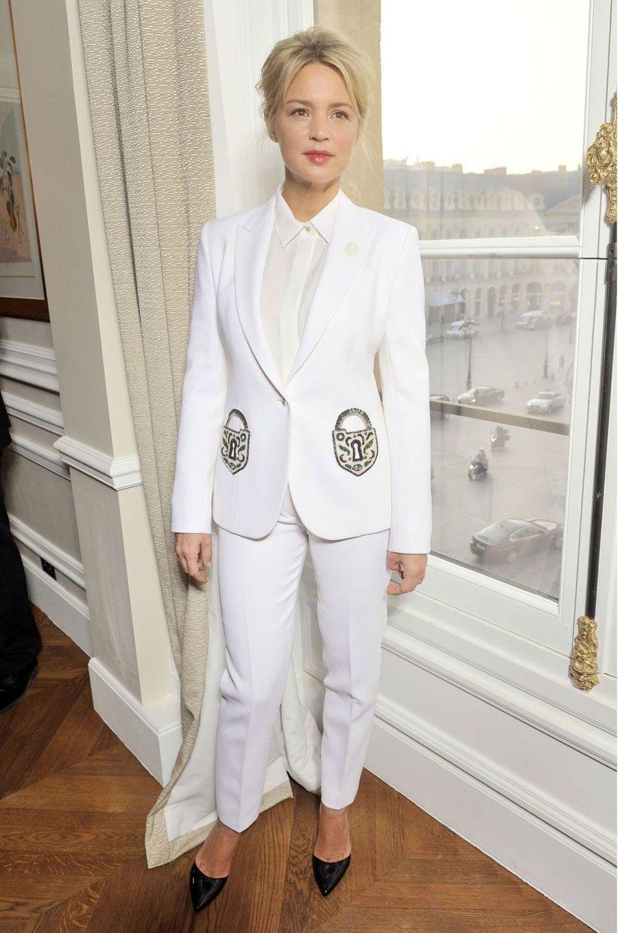 Virginie Efira très chic en costume blanc