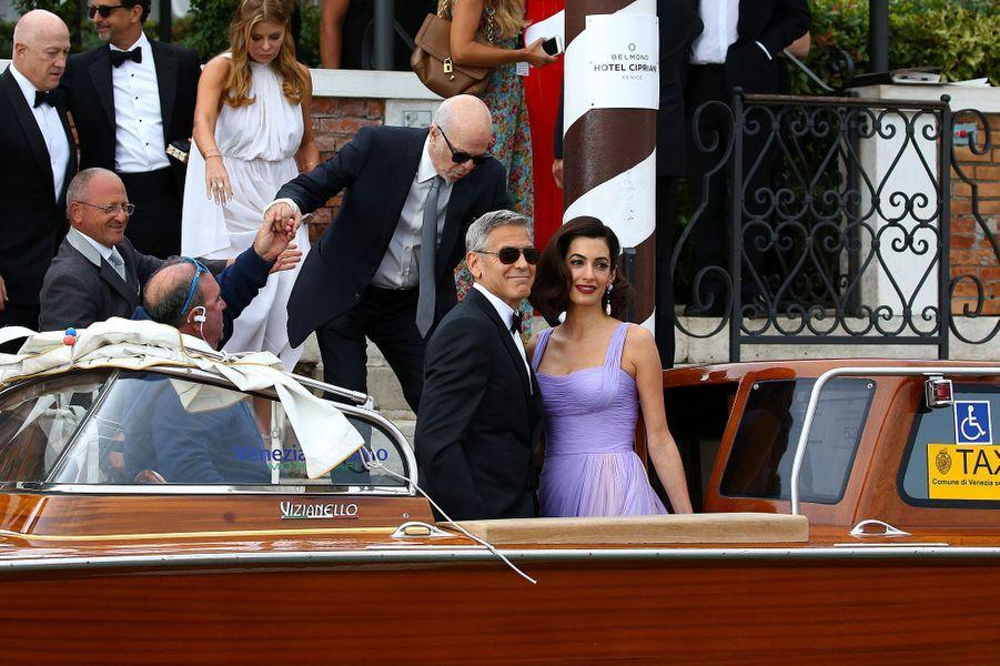 Amal et George Clooney quittent leur hôtel à Venise, samedi.
