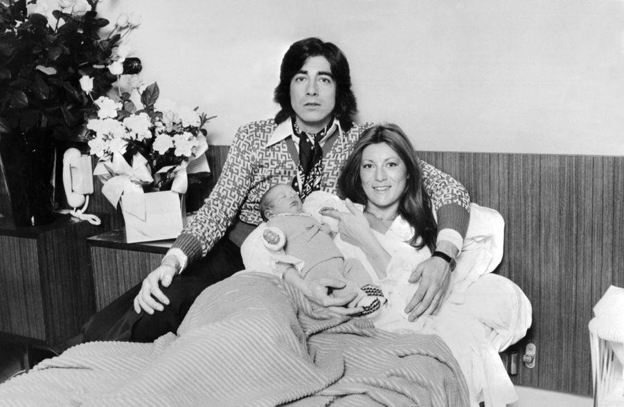 Sheila et Ringo avec leur fils nouveau-né Ludovic, photo datée datée du 8 avril 1975, lendemain de la naissance