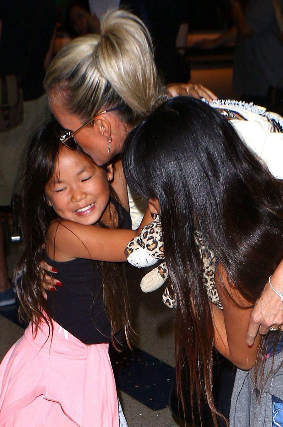 Laeticia et ses deux filles adorées : Jade et Joy.