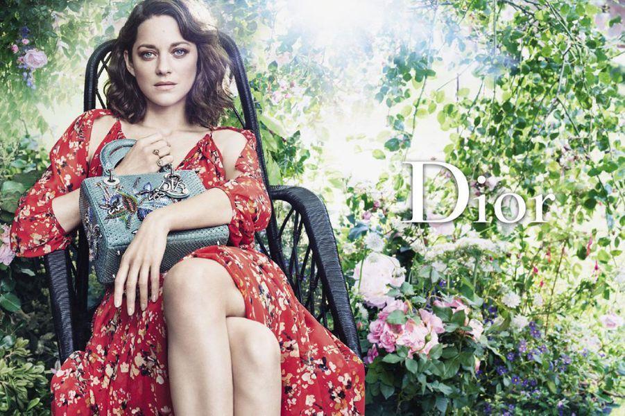 Marion Cotillard pose pour Dior