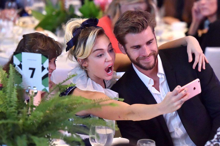 """Miley Cyrus et Liam Hemsworth au gala de """"Variety"""", le 14 octobre 2016."""