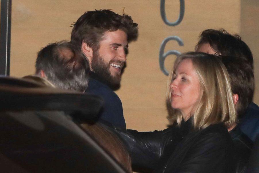 Liam Hemsworth et Miley Cyrus étaient de sortie accompagnés de leurs familles