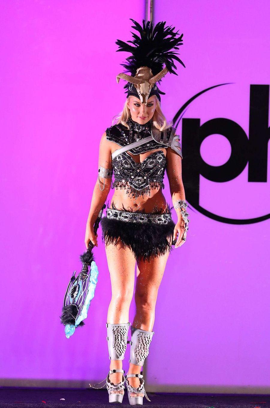 Arna Ry Jonsdottir, Miss Islande,en costume national pour le concours Miss Univers, le 18 novembre 2017 à Las Vegas.