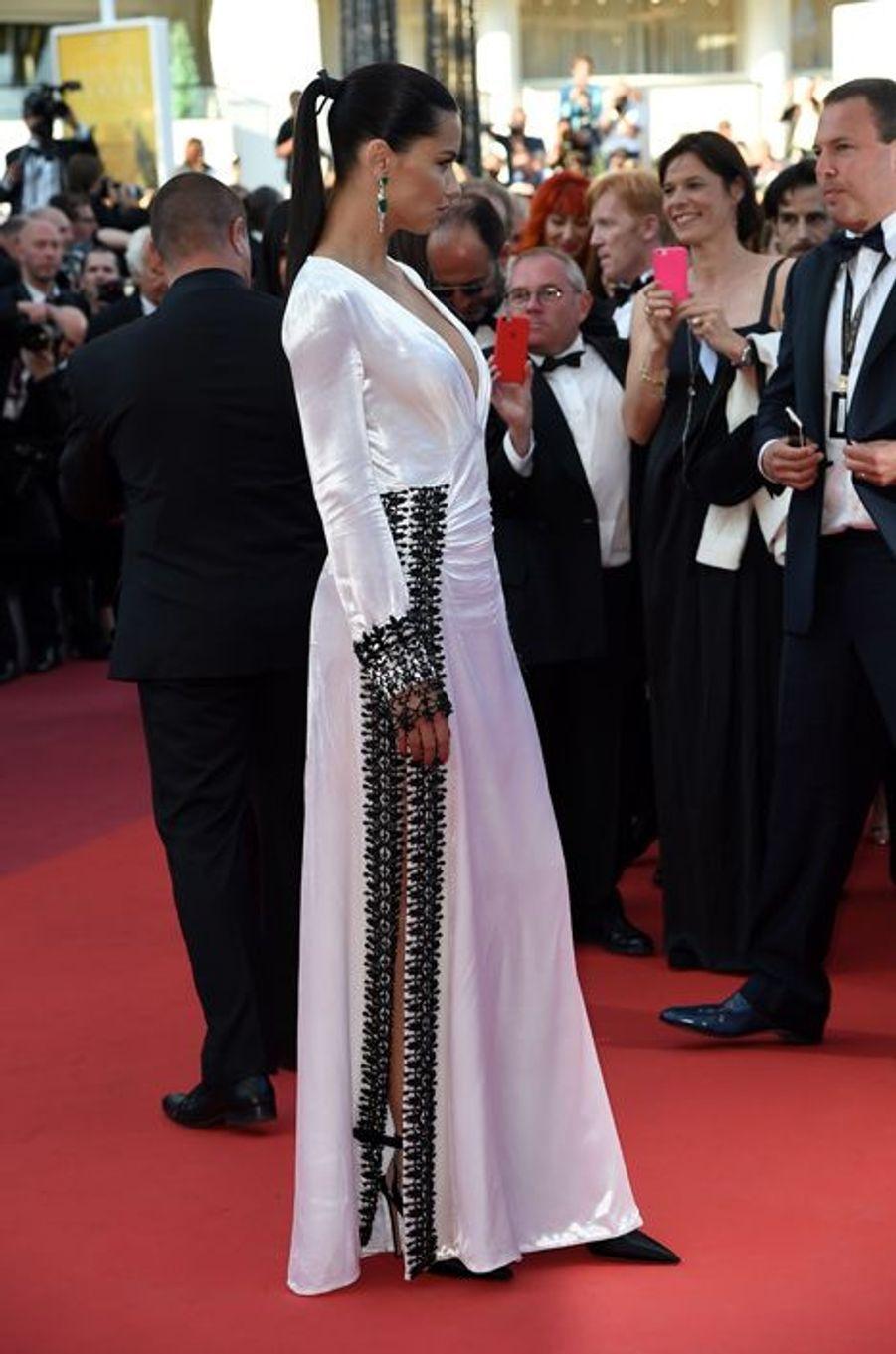 Le top Adriana Lima sur le tapis rouge du Festival de Cannes, le 17 mai 2016.