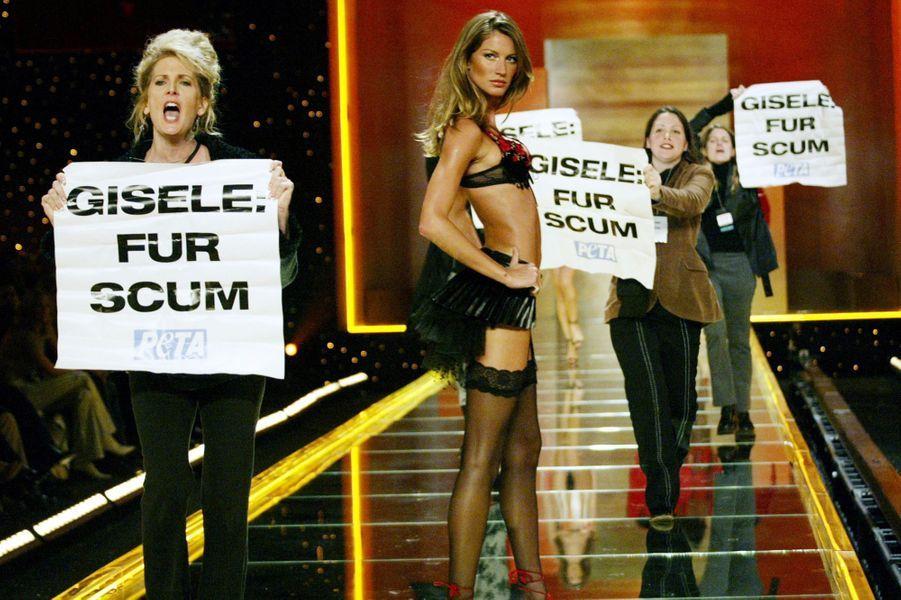 Au défilé Victoria's Secret entourée de manifestants de la PETA en novembre 2002