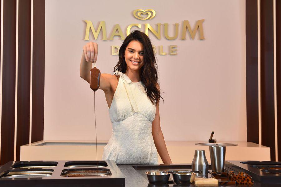 Kendall Jenner à l'inauguration de la plage Magnum