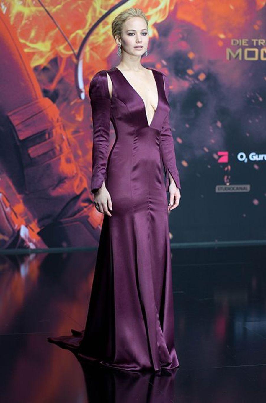 Lundi, la promotion mondiale du film «Hunger Games - La Révolte : Partie 2» s'achevait dans une ambiance décontractée - mais également très émue - au Microsoft Theater, à Los Angeles, en présence des nombreux acteurs de la franchise à succès. Propulsée au rang de star mondiale il y a maintenant trois ans grâce à cette saga, Jennifer Lawrence a attiré toute l'attention des caméras au cours des dernières semaines. Égérie de la maison Dior depuis 2012, la comédienne de 25 ans a brillé à chacune de ses apparitions, alternant pour des tenues sobres, (trop) classiques ou parfois même très sexy.Pour fouler le tapis rouge du 16 novembre et boucler ce marathon mode en beauté, la célèbre blonde avait choisi une longue robe blanche signée Christian Dior Couture. L'ex-compagne du comédien Nicholas Hoult avait également opté pour une mise en beauté efficace, parant ses lèvres de rouge vif et glissant un épais trait d'eyeliner pour souligner son regard.Lors de son passage dans la capitale française, l'actrice oscarisée avait déçu. Pour l'avant-première organisée au Grand Rex de Paris, elle avait ainsi jeté son dévolu sur une création champêtre, également créé par la maison dont elle est l'ambassadrice. Les cheveux relevés en des petites tresses discrètes, Jennifer Lawrence s'était toutefois rattrapée dès le lendemain, lors de son arrivée à Madrid. Alors qu'elle avait choisi Mugler pour la conférence de presse, elle avait subjugué ses fans le soir venu en optant pour une robe noire en dentelle de la griffe Ralph Lauren Collection.Découvrez ci-dessus notre diaporama et votez pour votre tenue préférée