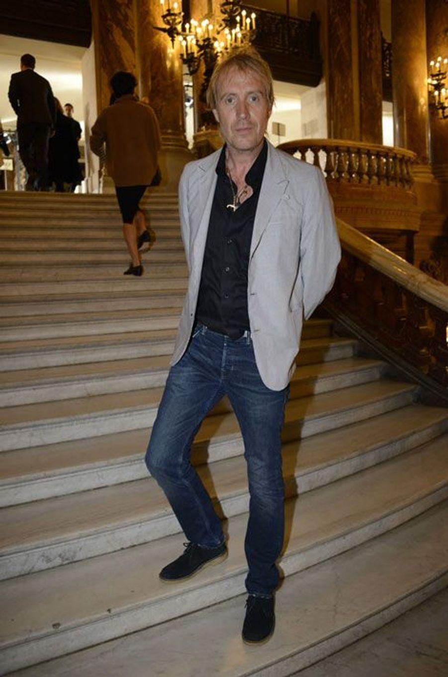 Rhys Ifans au défilé Stella McCartney