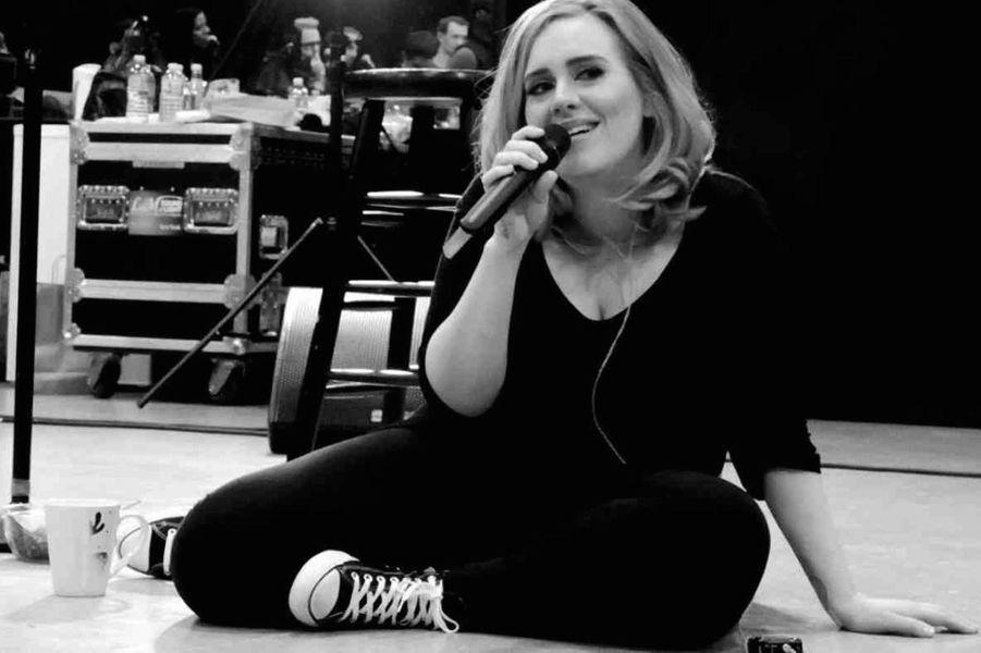 Avec sa voix de velours, Adele hypnotise les scènes du monde