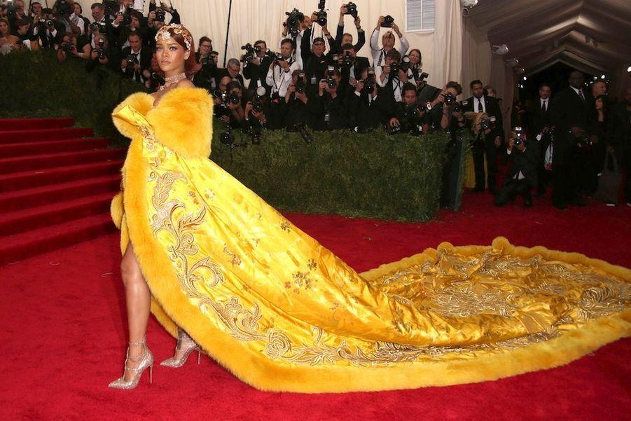 Rihanna, la souveraine en manteau de sacre