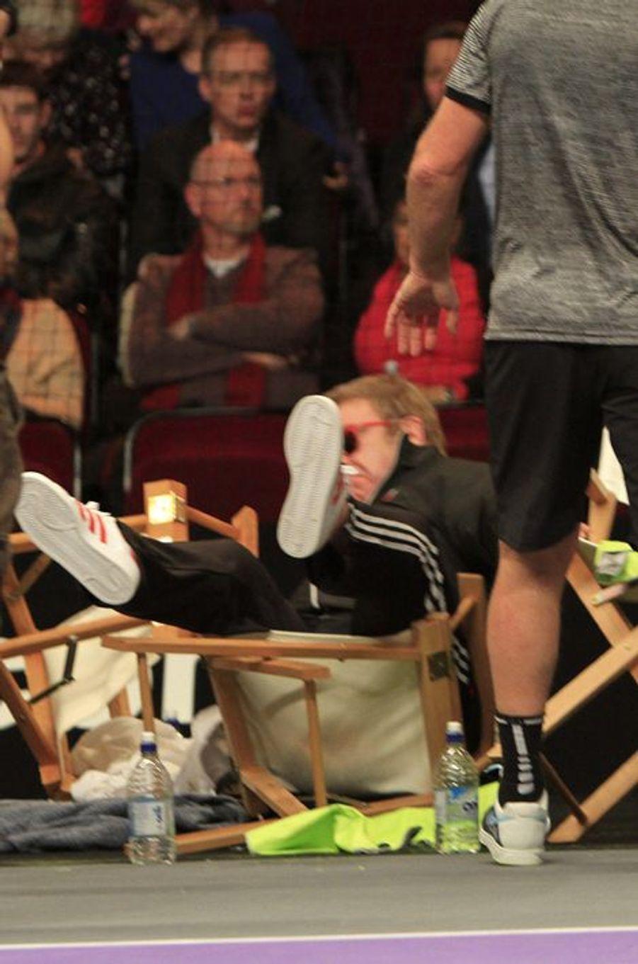 Elton John est tombé de sa chaise pendant un match de tennis
