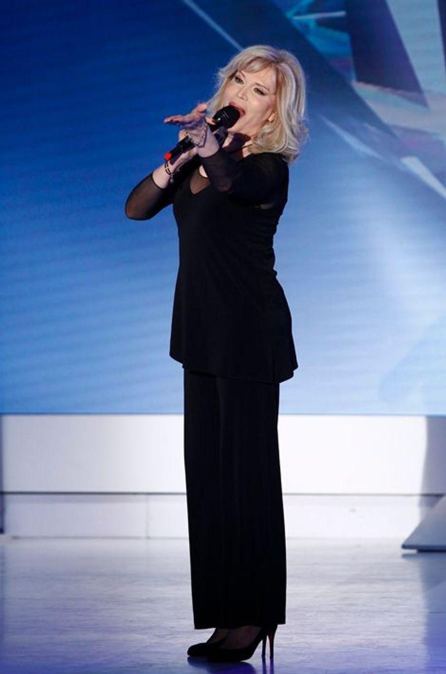 """Amanda Lear lors de l'enregistrement de """"Vivement Dimanche"""" Charles Aznavour, le 29 avril 2015"""