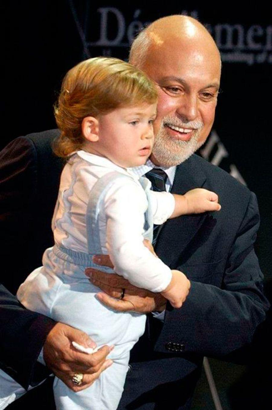 René porte dans ses bras René-Charles, décembre 2002