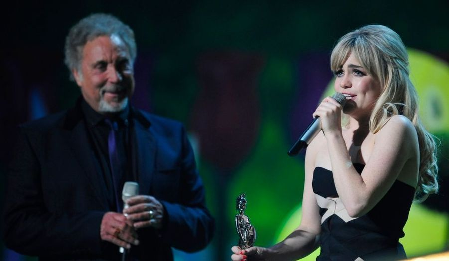 """C'est très émue que la jeune et timide chanteuse Duffy a reçu mercredi soir ses Brit awards. Son album """"Rockferry"""", meilleure vente au monde pour un premier album en 2008, a en effet été récompensé du prix du Meilleur album britannique. Il avait déjà reçu un Grammy à Los Angeles au début du mois. Mais la Galloise a aussi été désignée Meilleure chanteuse britannique et Révélation de l'année."""