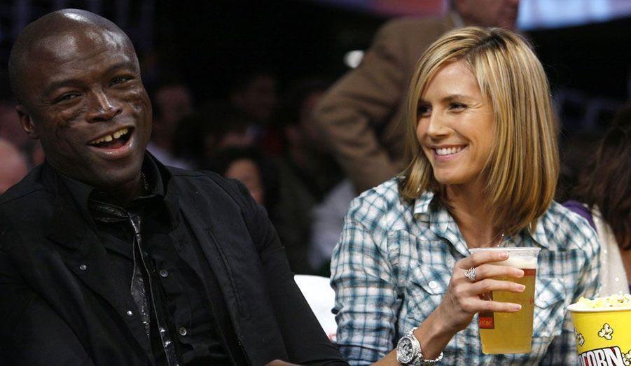 Toujours aussi amoureux, le couple s'offre une pause détente devant un match des Los Angeles Lakers en 2009.