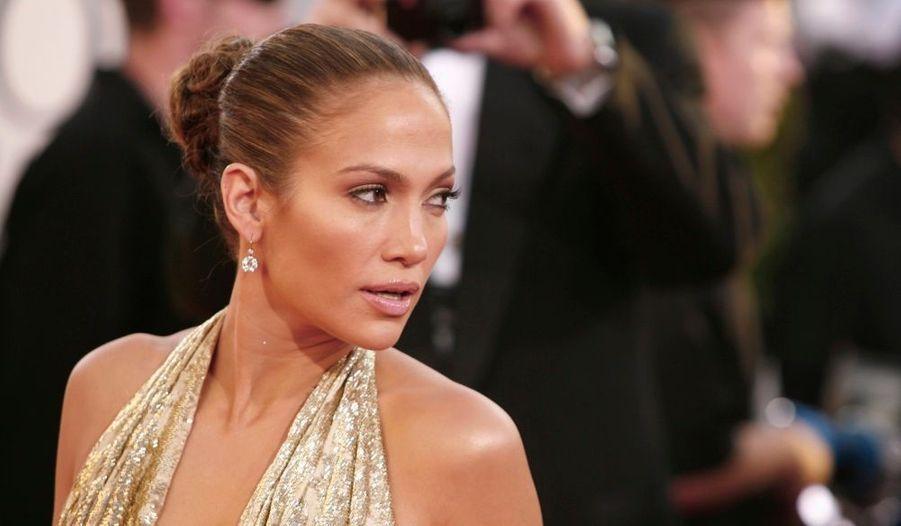 """La chanteuse et comédienne Jennifer Lopez fête aujourd'hui ses 40 ans. Née le 24 juillet 1969, dans le Bronx à New York, la bomba latina s'est très vite imposée sur la scène musicale et cinématographique. Mariée depuis juin 2004 au chanteur latino Marc Anthony, celle que l'on surnomme """"La Guitarra"""", en raison de ses formes qui rappellent l'instrument, est surtout une maman comblée. Le 22 février 2008, la chanteuse a en effet donné naissance à des jumeaux: Max et Emme."""