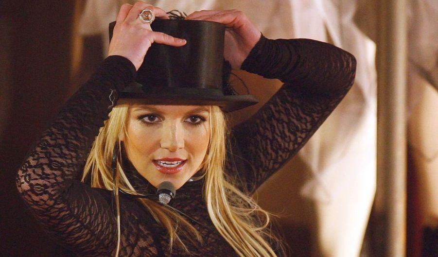 """Alors que les rumeurs courent autour d'une hypothétique relation entre Britney Spears et son manager Jason Trawick, plusieurs médias britanniques ont récemment publié des photos montrant la chanteuse en compagnie de ce fameux Jason, la nuit du 18 juillet à Stockholm, la capitale suédoise. Puis un proche de la star a confirmé cette information au magazine People : """"Ils se fréquentent en effet. Jamie Spears (le père de Britney, ndlr) l'adore. Il est la meilleure chose qui puisse arriver à Britney."""""""