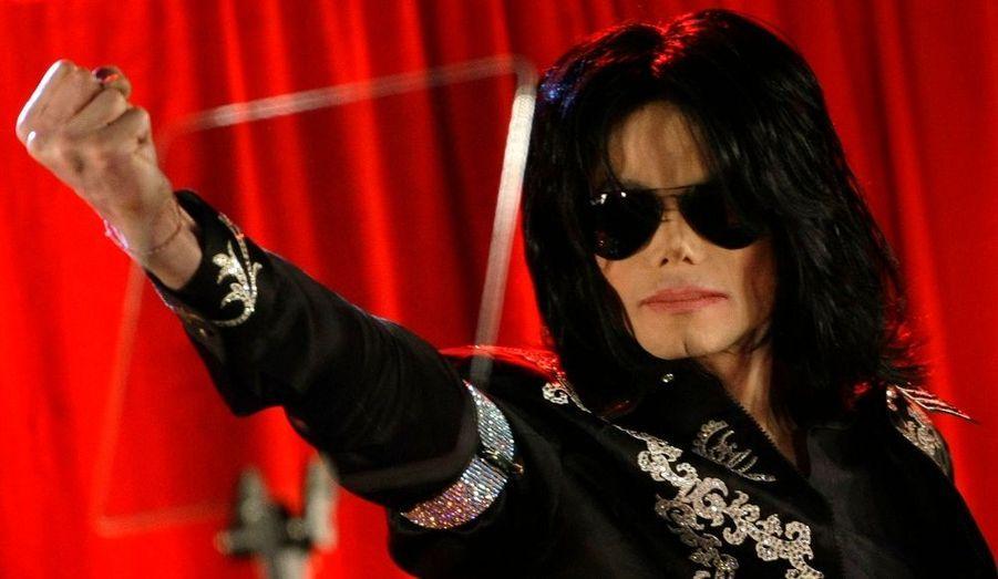 """Michael Jackson est de retour. Le Roi de la pop a annoncé face à 20000 personnes en délire son grand retour sur scène. Le show """"This is it"""", une dizaine de concerts à l'O2 Arena de Londres, aura lieu en juillet. Et face à ses fans, """"Jacko"""" semblait être assez en forme pour remonter sur son trône."""