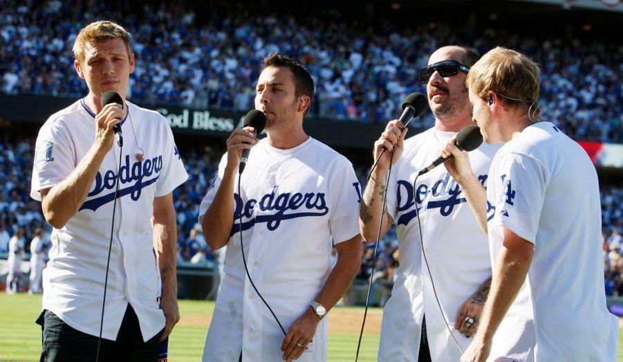 Les quatre membres des Backstreet Boys ont poussé la chansonette lors du match de Baseball opposant les Los Angeles Dodgers aux Philadelphia Philiies.