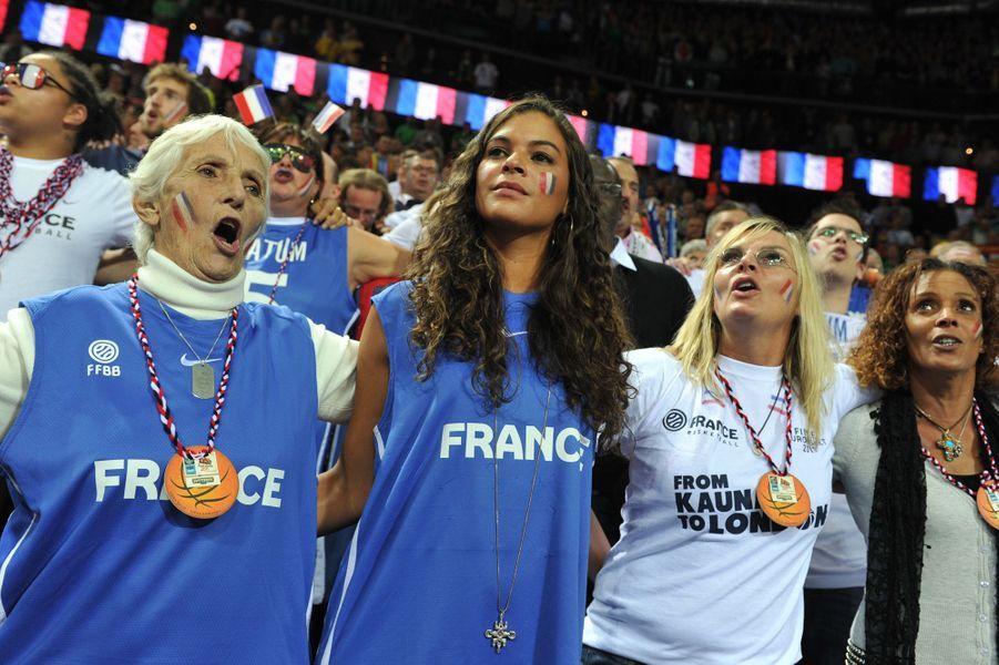 Marie-Claire Noah, à côté de Yéléna Noah, soutient son petit fils Joakim à la finale de l'Eurobasket 2011, le 19 septembre 2001.