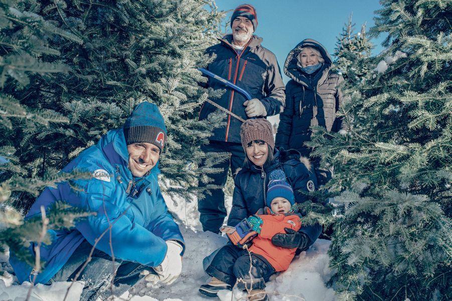 Ici on coupe son sapin soi-même. Avec Grégory et Bixente, 2 ans. Derrière, les grands-parents, Mario et Rose-Marie. A Rosehill, dans le Nouveau-Brunswick, le 15 décembre.