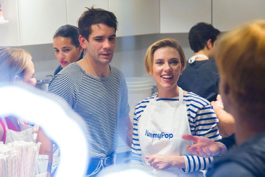 """Scarlett Johansson et son mari dans la boutique """"Yummy pop"""" à Paris samedi"""