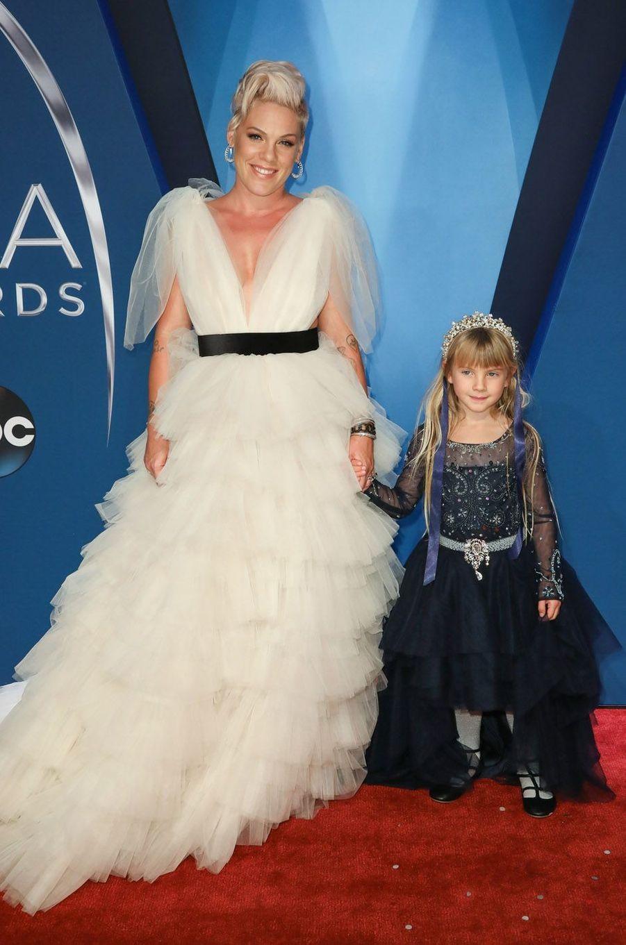 Pink et sa fille à la cérémonie des CMA Awards, le 8 novembre 2017 à Nashville.