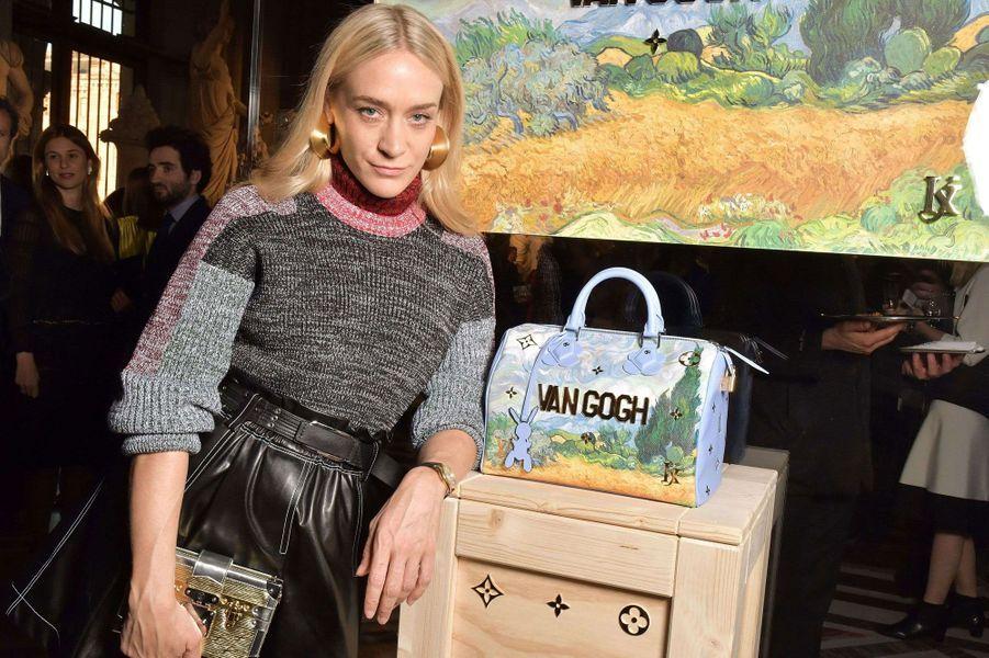 Chloé Sevigny pose avec l'un des sacs de la collection Jeff Koons pour Louis Vuitton.