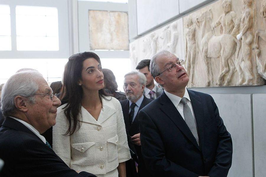 Amal Clooney lors de sa visite au musée de l'Acropole d'Athènes le mercredi 15 octobre 2014
